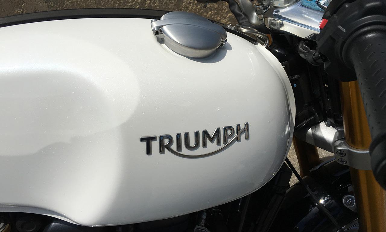 Réservoir avec bouchon déporté sur le Triumph Thruxton 1200 R