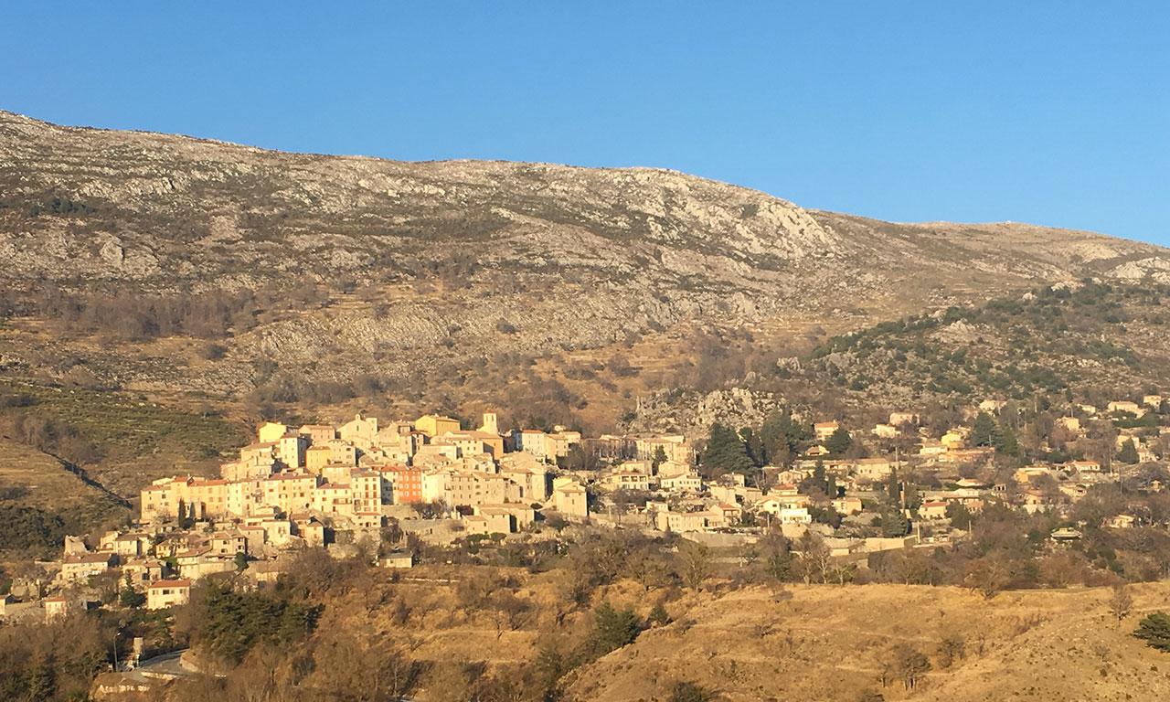 vue sur village au coeur des montagnes