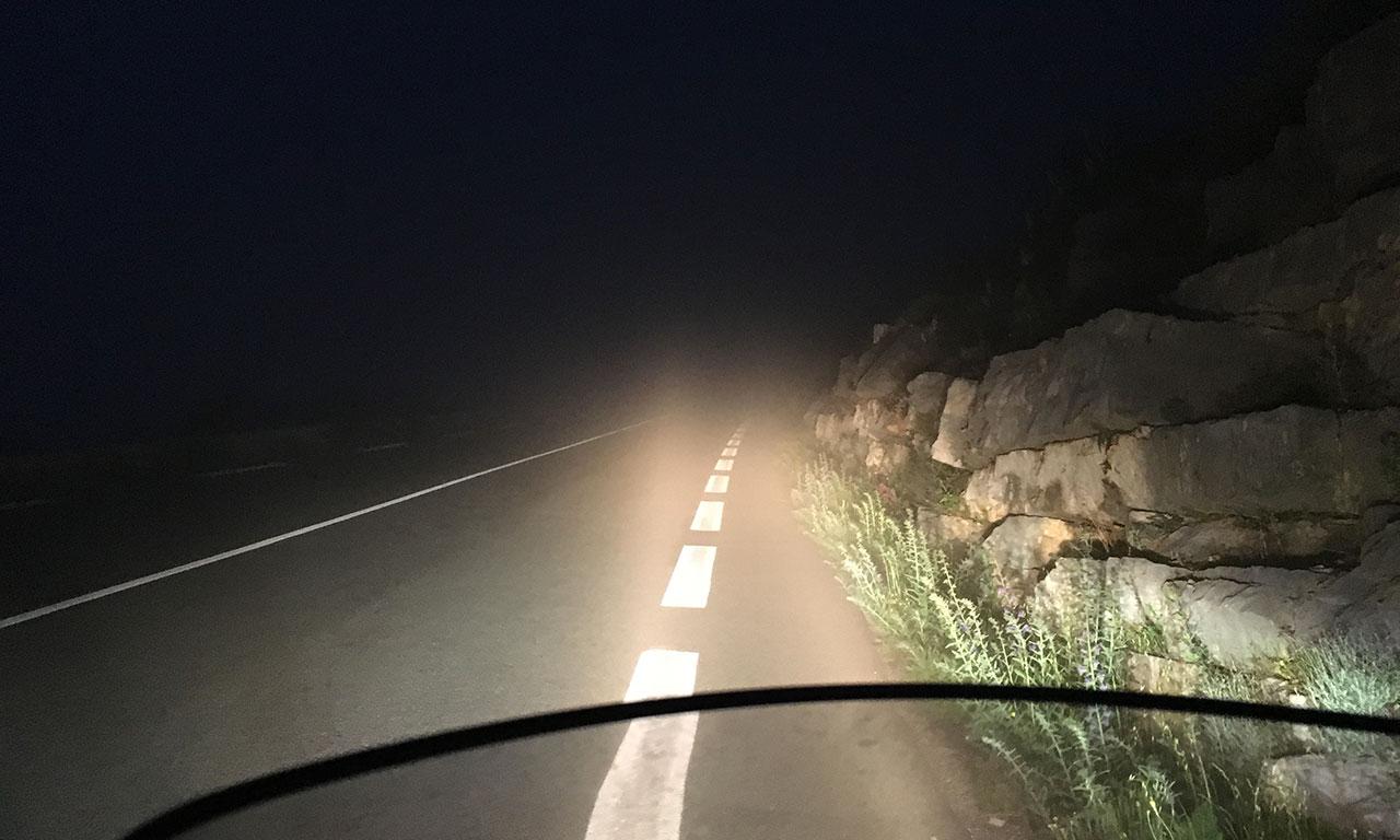 Brouillard et purée de pois dans les montagnes de nuit