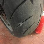 une visse dans le pneu