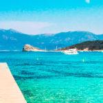 plage paradisiaque en Corse : eau turquoise, photo à peine retouchée, promis, vraiment