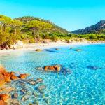 plage paradisiaque en Corse : eau turquoise, photo à peine retouchée, promis